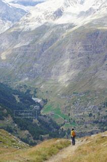 谷を眺めるの写真・画像素材[2742700]