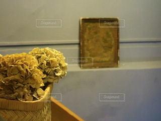 テーブルの上の花の写真・画像素材[2739877]