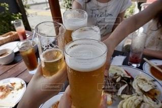 ビールで乾杯の写真・画像素材[2747703]