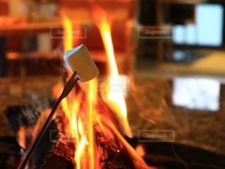 暖炉で焼きマシュマロの写真・画像素材[2756722]