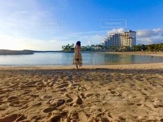 リゾートのプライベートビーチを散歩の写真・画像素材[2760165]