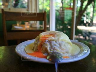 チーズの中から、半熟卵がとろーりカレーの写真・画像素材[2763408]