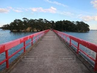 水域に架かる長い赤い橋の写真・画像素材[2768214]