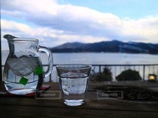 テーブルの上の水1杯の写真・画像素材[2790088]