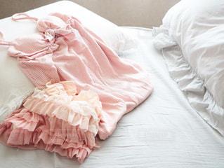 白いシーツとピンクのパジャマの写真・画像素材[3280750]