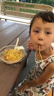 食事中の娘の写真・画像素材[2740355]