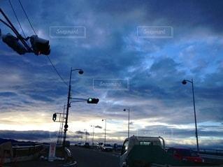 曇った空の下の写真・画像素材[2742218]