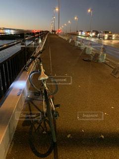 道路の脇に駐車している自転車の写真・画像素材[2742219]