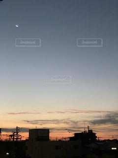 小さな月と朝焼けの写真・画像素材[2748582]