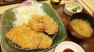 テーブルの上の皿の上に食べ物のボウルの写真・画像素材[3022953]