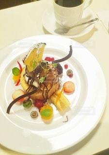 食べ物の皿をテーブルの上に置くの写真・画像素材[3022968]