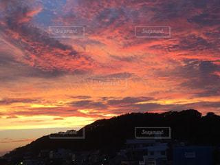 山を背景にした水域の夕日稲村ガ崎の夕景の写真・画像素材[2780384]