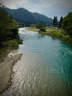 山を背景にした水域の写真・画像素材[2833773]