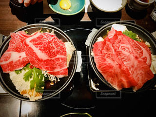 テーブルの上の食べ物のボウルの写真・画像素材[2869830]