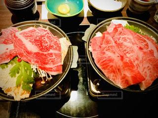 テーブルの上の食べ物のボウルのクローズアップの写真・画像素材[2869828]