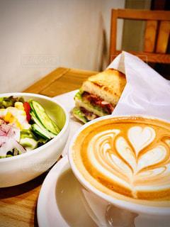 食べ物の皿とコーヒー1杯の写真・画像素材[2870981]