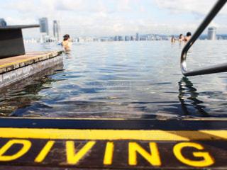 水中でボートの後ろに乗っている人の写真・画像素材[2810656]