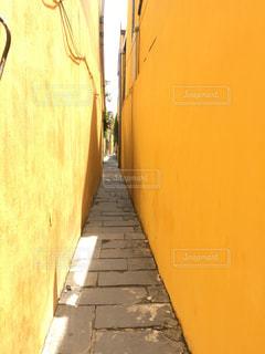 カラフルな壁と狭い通路の写真・画像素材[878759]