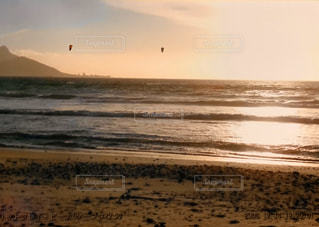 ビーチに沈む夕日の写真・画像素材[3163237]