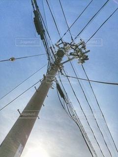 電柱を見上げる。の写真・画像素材[2794289]