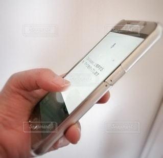 携帯電話を持つ手の写真・画像素材[2808668]
