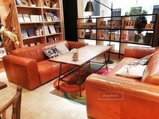 家具と本棚のリビングルームの写真・画像素材[2836651]