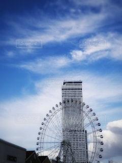 大きな白い建物と観覧車。の写真・画像素材[2838671]
