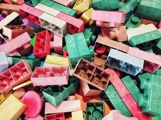 テーブルの上のカラフルなおもちゃの写真・画像素材[2850632]