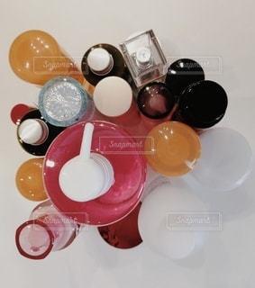 テーブルの化粧品の写真・画像素材[2916759]