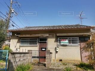 建物の側面に看板がある家の写真・画像素材[3040148]