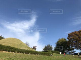 野原の高松塚古墳と青空の写真・画像素材[2801654]