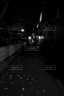 仄暗い小道の写真・画像素材[2776934]