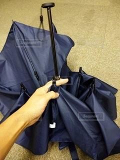 傘を畳む手の写真・画像素材[2816551]