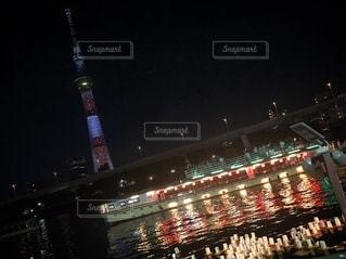 夜にライトアップされた都市の写真・画像素材[2764313]