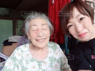 カメラを見ている孫とおばあちゃんの写真・画像素材[2764283]