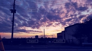 街の通りに沈む夕日の写真・画像素材[2761250]