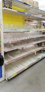 災害対策で商品が売り切れたホームセンターの陳列棚の写真・画像素材[2770611]