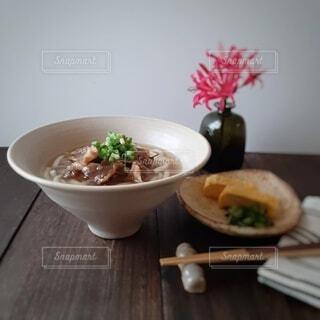 テーブルの上の肉うどんの写真・画像素材[3888576]