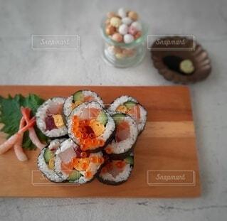 カッティングボードの上の巻き寿司の写真・画像素材[4131072]