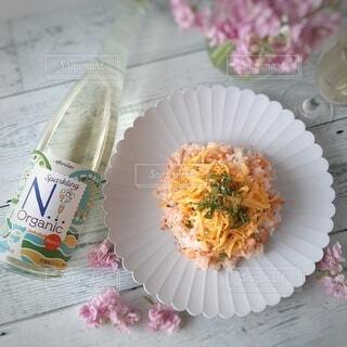 春のテーブル ワインと混ぜ寿司の写真・画像素材[4306056]