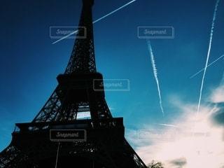ひこうき雲とエッフェル塔の写真・画像素材[2766894]