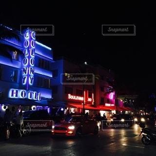 夜にライトアップされた都市の写真・画像素材[2774824]