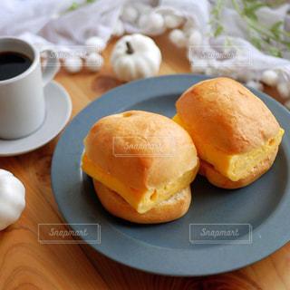 食べ物の皿とコーヒー1杯の写真・画像素材[2788735]