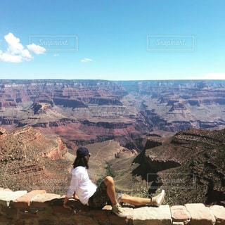 峡谷を見つめる男の写真・画像素材[2769398]
