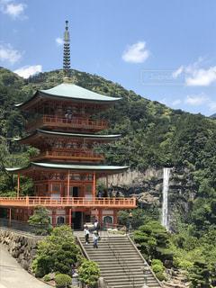 山と空と滝とお寺のコントラストの写真・画像素材[2773169]