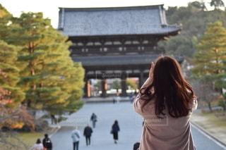 通りを歩いている女性の写真・画像素材[2773665]