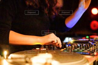 DJをしている人の写真・画像素材[2773116]
