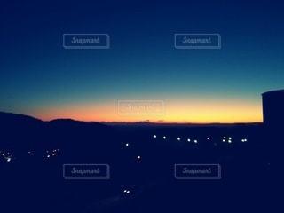 夕焼けの海、山の写真・画像素材[2774353]