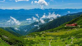 背景に大きな山があるの写真・画像素材[2773997]
