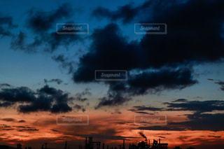 暗い曇り空の雲の写真・画像素材[2426200]